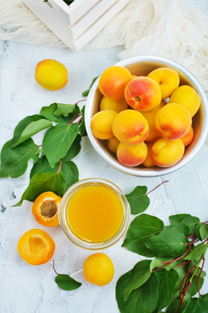 apricot juice in glass and fresh apricots Stockfoto