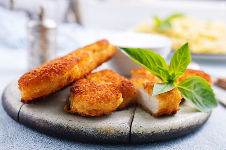 chicken fillet, fricd chicken, chicken nuggets on board Stockfoto