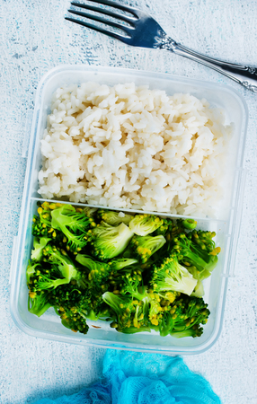 Boiled rice and broccoli in lunch box Banque d'images