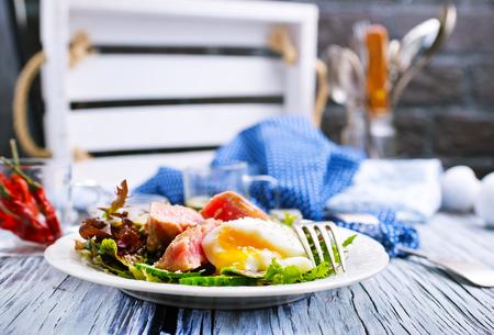 Salat mit Thunfisch und gekochtem Ei auf Teller
