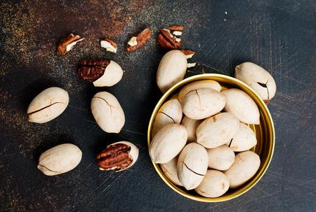 Pecan nuts in metal bowl, pecan nuts in shell Stockfoto