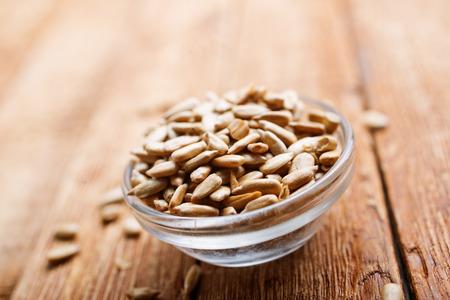semi di girasole in una ciotola su un tavolo