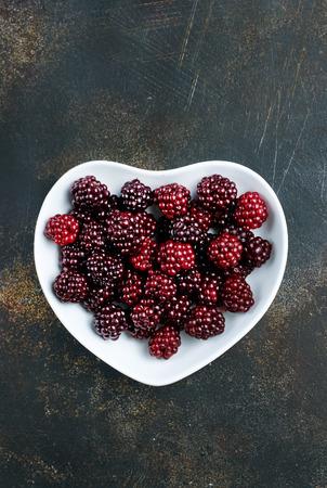 fresh berries, fresh blackberry on white plate Foto de archivo - 118683308