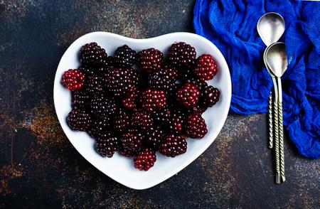 fresh berries, fresh blackberry on white plate Foto de archivo - 118683431