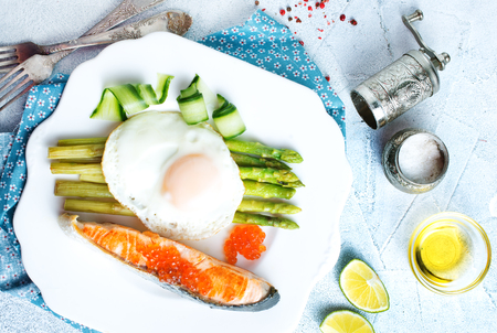 breakfast, fried fish with asparagus and egg Banque d'images