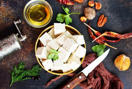 Fromage de tofu dans un bol en métal sur une table