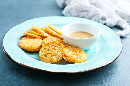Rice crackers with peanut butter, rice chips with sauce Stockfoto
