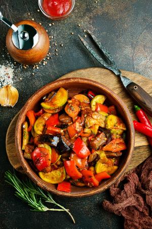 gebakken groenten in kom op een tafel