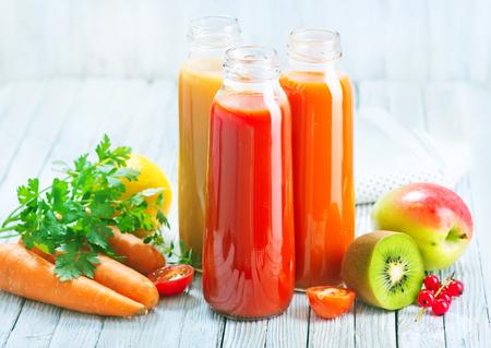 sap van fruit en groenten in fles Stockfoto
