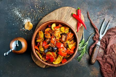 pieczone warzywa w misce na stole