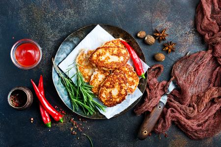 Chuletas fritas con salsa, chuletas de pollo en un plato
