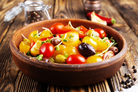 tomato salad with oil and olives in bowl Stockfoto