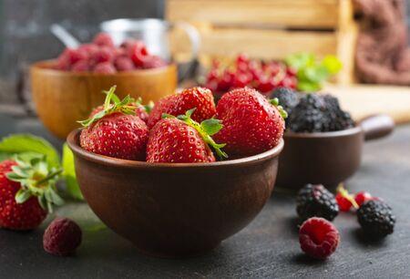 Verschiedene frische Sommerbeeren, reife Erdbeeren, Himbeeren, Brombeeren