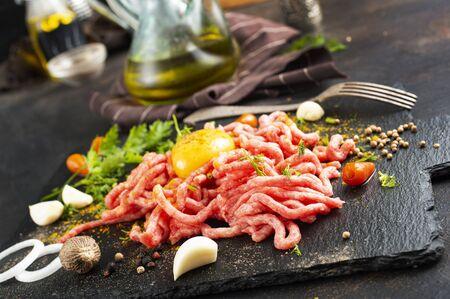 Rohes Hackfleisch mit Ei, Kräutern und Gewürzen Standard-Bild
