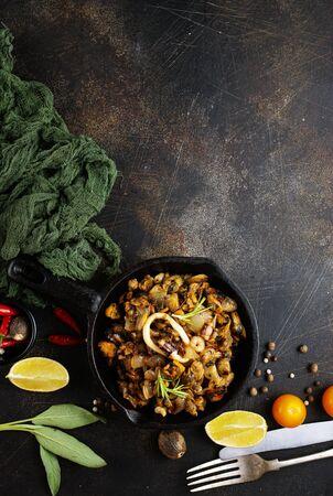 gebratene Meeresfrüchte in der Pfanne auf einem Tisch
