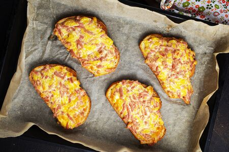 baked bread with cheese and smoked sausages Banque d'images - 132078912