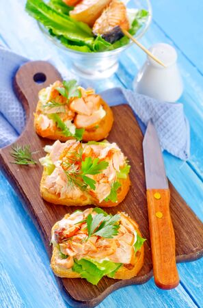 toast with salmon Banque d'images - 132079023