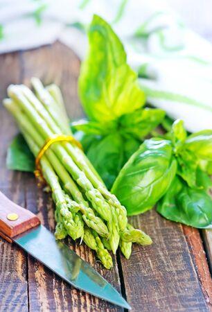 raw asparagus on the wooden table, green asparagus 版權商用圖片
