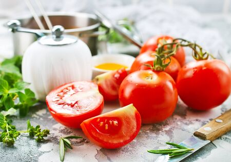 tomate fraîche et épices sur une table Banque d'images