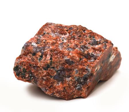 白い背景に分離されたミネラルを含む磨かれた花崗岩の一部