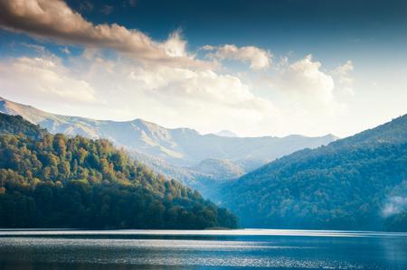 Wijd panoramisch uitzicht op het Goygol - meer in Azerbeidzjan gelegen in het reservaat