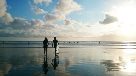 mujer mirando el horizonte: Surf en la puesta del sol