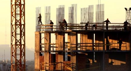 baustellen: Silhouette der Bauarbeiter Lizenzfreie Bilder