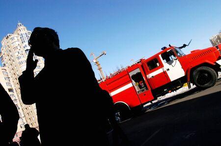 camion pompier: Man fumer en face de camion d'incendie