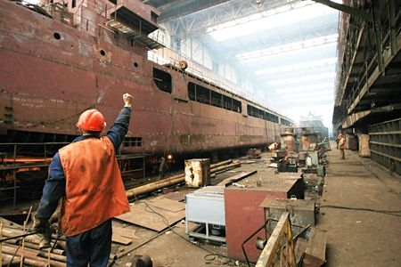 chantier naval: Construction de la cargaison s�che polyvalente fluvio-navires. Banque d'images