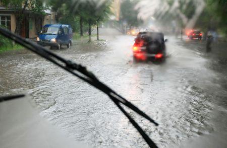 UOMO pioggia: guardando attraverso la finestra auto sotto la pioggia