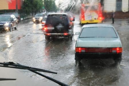 uomo sotto la pioggia: guardare attraverso il finestrino della macchina sotto la pioggia