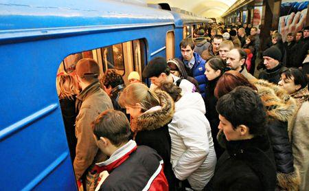 Kiev, Ukraine - le 23 janvier 2008--foule est dans le métro. Kiev. Ukraine  Éditoriale