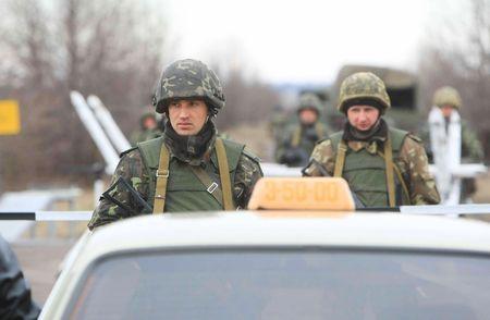 batallon: Soldado del batall�n de polaco-ucraniana de UkrPolBat los militares durante los ejercicios militares en Velykopolovetsk hab�a combinado armas formaci�n �rea en Kiev el 13 de marzo de 2008. Ucrania