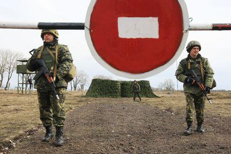 batallon: Polaco-ucraniana de UkrPolBat batall�n de los militares durante los ejercicios militares en Velykopolovetsk combinan armas formaci�n �rea en Kiev el 13 de marzo de 2008. Ucrania Editorial