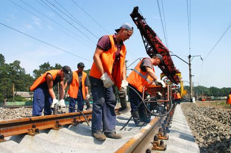 ferrocarril: REGION de KYIV, Ucrania - el 21 de agosto: Trabajadores de reparaci�n modernizaci�n el 1, 000th km de l�nea de ferrocarril de Irpin-Bucha el 21 de agosto de 2007 en la regi�n de Kiev, Ucrania