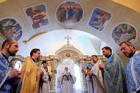 toog: KYIV, Oekraïne - 12 juni: De Heilige Geest kerk zich bevindt op het grondgebied van Kiev-Mohyla Academie gehost ceremonie zegen aan de vooravond van de Pinksteren op 12 juni 2008 in Kiev, Oekraïne