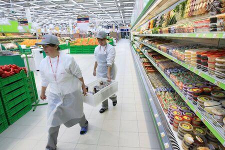 supermercado: KYIV, Ucrania - el 13 de noviembre: Trabajadores en supermercados durante la preparaci�n para la apertura de la primera red de supermercados de la tienda de aceptar el en Kiev, Ucrania, el 13 de noviembre de 2007.
