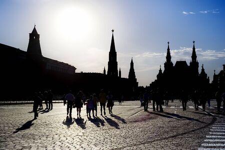 national landmark: Silhouette di un popolo sulla Piazza Rossa di Mosca, Federazione russa. Riferimento nazionale. Destinazione turistica.