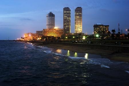 iluminated: Colombo, Sri Lanka - el 22 de febrero de 2011: Panorama de Colombo en la noche. Colombo es la ciudad m�s grande y antigua de la capital de Sri Lanka.Colombo es la ciudad m�s grande y antigua de la capital de Sri Lanka.
