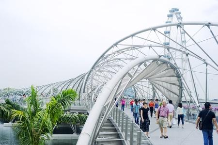 vlonder: Singapore, Republiek Singapore - 2 mei 2011: The Helix Bridge, voorheen bekend als de Double Helix Bridge, een voetgangersbrug koppelen Marina Centre met Marina South in het Marina Bay in Singapore