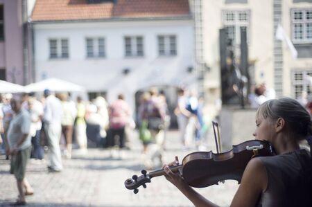 RIGA, Lettonie - 9 août 2010 : Jeune fille violon sur la rue de Riga