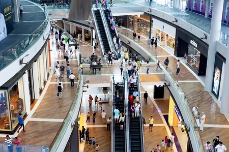 plaza comercial: Singapur, la Rep�blica de Singapur - 02 de mayo de 2011: Centro comercial Marina Bay Sands Resort. Editorial