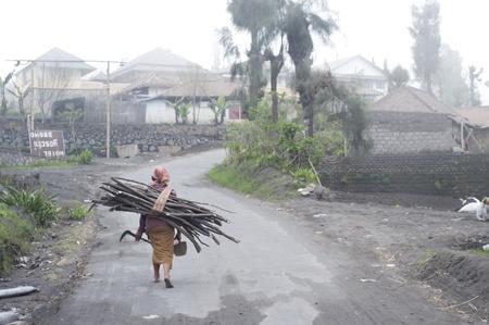 indonesian woman: Sukapura, Indonesia - 24 de abril de 2011: Indonesia mujer cargando le�a en el camino a su casa