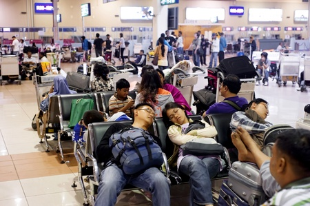 gente aeropuerto: Kuala Lumpur, Malasia - May05, 2011: La gente durmiendo en el aeropuerto, ya que la espera de un avi�n