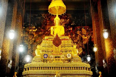 trone: Buddha inside Wat Phra Kaeo Temple, bangkok, Thailand.