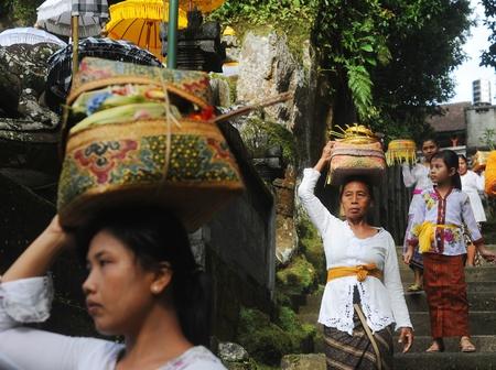 rituales: Ubud, isla de Bali, Indonesia - 06 de abril de 2011: mujer no identificada local vistiendo ropas tradicionales de Indonesia participar en Buda salario Kelawu ceremonia en el templo hind�.