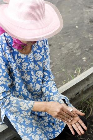 indonesian woman: Probolingo, Indonesia - abril 24,2011: mujer Indonesia no identificada liar cigarrillos. Fumar en Indonesia es una pr�ctica com�n, como el humo de m�s de 165 millones de personas en Indonesia. Del pueblo indonesio, 63% de los hombres y 5% de las mujeres reportaron como fumadores, un tota