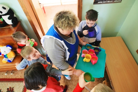 minors: Kiev, Ucrania - 21 de febrero de 2008: Los ni�os de la Vivienda para los menores. De nueve millones de ni�os ucranianos unos 65.000 viven en instituciones estatales para ni�os, tales como orfanatos, internados y albergues. Editorial