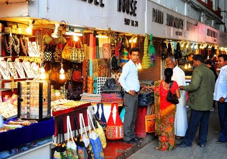 retail chain: Delhi, India - 2 febbraio 2012: La gente in un mercato in regalo Red Fort. Il Red Fort � un 17 � secolo fortezza complesso � stato designato un patrimonio mondiale dell'UNESCO nel 2007. Si estende su una superficie totale di circa 121,34 ettari. Editoriali