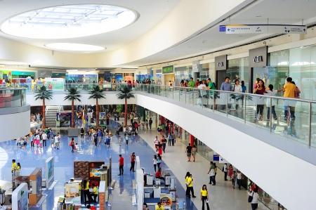 Manila, Filipiny - 03 kwietnia 2012: SM Mall of Asia (MOA) jest centrum handlowe w Manili. SM Mall of Asia jest 2-cie największe centrum handlowe na Filipinach i 4. największe centrum handlowe na świecie. Ma o powierzchni 42 hektarów i posiada brutto podłogi ar